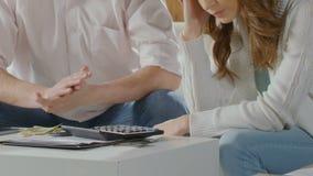 Verbinden Sie an sitzen durch Tabelle mit wenigem Geld, weiblicher stillstehender Kopf an Hand, Schuld stock video footage