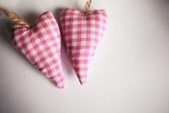 Verbinden Sie Spielwaren mit Leinentextilroten Herzen lizenzfreie stockfotografie