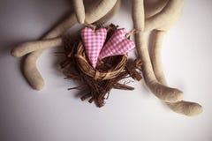 Verbinden Sie Spielwaren mit Leinentextilroten Herzen stockfotografie