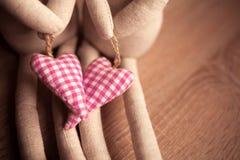 Verbinden Sie Spielwaren mit Leinentextilroten Herzen lizenzfreie stockfotos