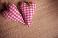 Verbinden Sie Spielwaren mit Leinentextilroten Herzen stockbild
