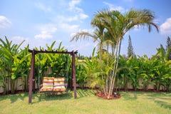 Paare sitzen im Gartenhintergrund vor lizenzfreie stockfotografie