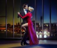Verbinden Sie Tanzen auf die Oberseite des Wolkenkratzers Lizenzfreie Stockfotografie