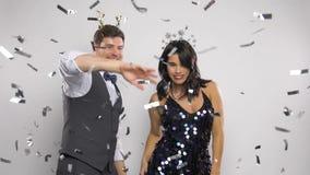 Verbinden Sie Tanzen am Weihnachten oder an der Partei des neuen Jahres stock video