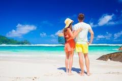 Verbinden Sie tragende helle Kleidung auf einem tropischen Strand auf Mahe-Insel, Seychellen Lizenzfreie Stockbilder