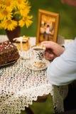Verbinden Sie trinkenden Tee im Park unter einem Baum Stockfoto