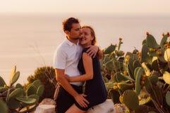 Verbinden Sie Umarmung am Abend auf der Küste Lizenzfreies Stockfoto