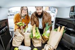 Verbinden Sie verpackende Einkaufstaschen in den Autokofferraum stockfotos