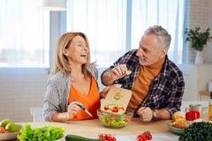 Verbinden Sie von den Geschäftsmännern, die beim zusammen kochen froh sich fühlen lizenzfreie stockfotografie