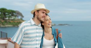 Verbinden Sie von den Touristen, die den Strand erwägend gehen stock video