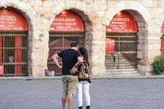 Verbinden Sie von den Touristen, welche die Arenadi Verona, Italien besuchen lizenzfreie stockbilder