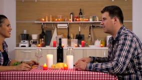 Verbinden Sie Zu Abend essen Kerzenlicht stock video