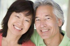 Verbinden Sie zuhause sich entspannen und das Lächeln lizenzfreie stockfotos