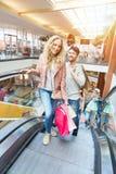 Verbinden Sie zusammen im Einkaufszentrum stockfotos