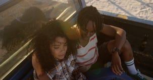 Verbinden Sie zusammen sitzen im Kleintransporter am Strand 4k stock footage