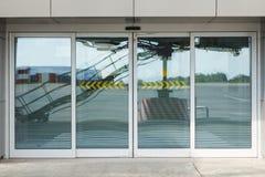 Verbindende gang bij de luchthaven Ruimte en glas gekleurd blauw terminal royalty-vrije stock foto