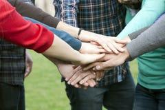 Verbindende Hände der verschiedenen Leute Stockbild