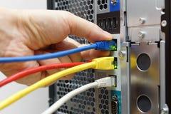 Verbindende het netwerkkabels van de systeembeheerder aan gegevensserver Royalty-vrije Stock Afbeelding