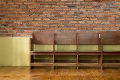 Verbindende houten stoelen royalty-vrije stock afbeelding