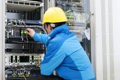 Verbindende netwerkkabels aan schakelaars stock foto