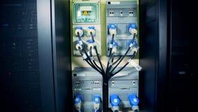 Verbinding van servers aan elektriciteit door aangesloten draden stock footage