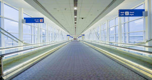 Verbindingstunnel tussen terminals bij de luchthaven DALLAS - TEXAS - APRIL 10, 2017 Royalty-vrije Stock Foto's