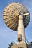 Verbindung- über Satelitteteller stockbild