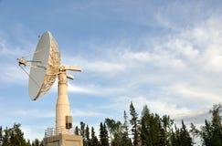 Verbindung- über Satelitteteller stockfotos