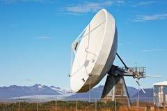 Verbindung über Satelitteteller Stockbild