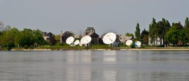 Verbindung- über Satelitteteller stockfotografie