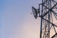 Verbindung- über Satelitteturm Stockfoto