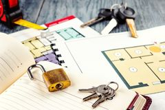 Verbindung des neuen Schlüssels auf Projektplan des Apartmenthauses Lizenzfreie Stockfotografie