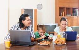 In Verbindung stehen über Frühstück Stockfoto