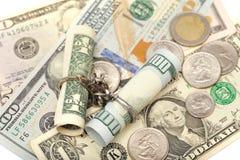 In Verbindung stehende Kette mit zwei Dollarscheinen Stockfotos