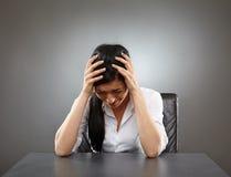 In Verbindung stehende Kopfschmerzen des Druckes Stockfoto