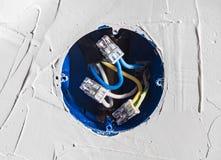 Verbindung von Drähten im Anschlusskasten des Hauses für den Abbau der Sockel Stockfoto