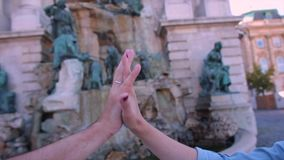 Verbindung von zwei Händen, von ihm und von ihr stock video footage