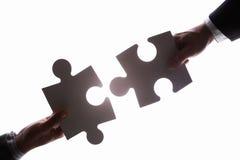 Verbindung von zwei jigzaw Puzzlespielstücken Stockbilder
