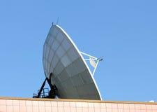 Verbindungen über Satelitte der Parabolantenne Stockfoto