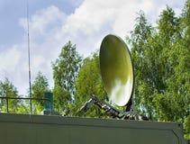 Verbindungen über Satelitte der Parabolischen Antenne Lizenzfreie Stockbilder