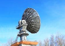 Verbindungen über Satelitte der Parabolischen Antenne Stockfotos