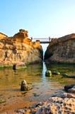 Verbindungsbrücke von Felsen clif Stockbilder