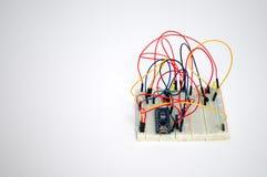 Verbindungsdrähte auf einem weißen Brett für Verbindungskomponenten stockfotos