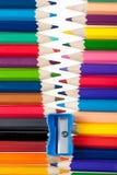 Verbindungselement von den Farbenbleistiften stockbilder