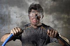 Verbindungskabel des ungeschulten Mannes, das elektrischen Unfall mit schmutzigem gebranntem Gesichtsschockausdruck erleidet Stockbilder