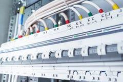 Verbindungskabel mit Kabelösen zu den Leistungsschaltern Stockfotos