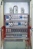 Verbindungskabel mit Kabelösen zu den Leistungsschaltern im elektrischen Bedienfeld Lizenzfreie Stockfotografie
