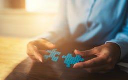Verbindungspuzzlespiele der Geschäftsfrau Lizenzfreie Stockfotos