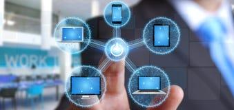 Verbindungstechnologiegerät des Geschäftsmannes mit seinem Finger Lizenzfreies Stockfoto