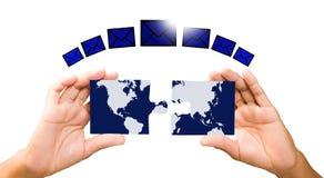 Verbindungsweltkartehände mit Stücken des Puzzlespiels auf weißem backgr Stockbild